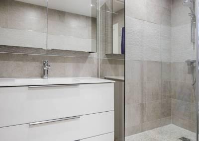 BH-Déco - Sylvie Samain, rénovation du RdC d'une grande maison, salle de bain meuble vasque blanc murs carrelage gris