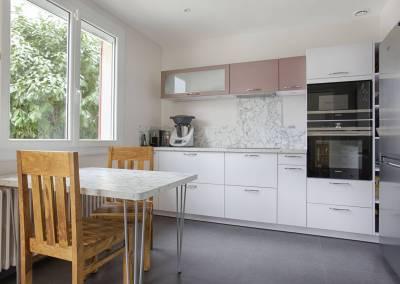 BH-Déco - Sylvie Samain, rénovation d'une cuisine en gris, rose et marbre blanc