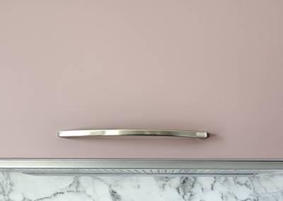 BH-Déco - Sylvie Samain, rénovation d'une cuisine en gris, rose et marbre blanc, détail meuble haut