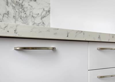 BH-Déco - Sylvie Samain, rénovation d'une cuisine en gris, rose et marbre blanc, détail plan