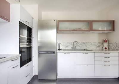 BH-Déco - Sylvie Samain, rénovation d'une cuisine grand plan de travail en gris, rose et marbre blanc