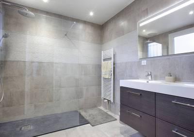 BH-Déco - Sylvie Samain, rénovation d'une salle de bain parentale grise douche a l'italienne