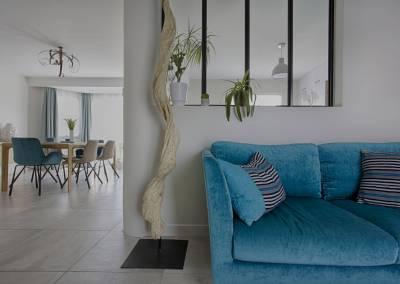 BH-Déco - Sylvie Samain - séjour contemporain chène massif bois flotté canapé bleu turquoise verrière noire