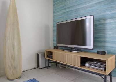 BH-Déco - Sylvie Samain - salon coin télé bleu turquoise papier peint meuble chêne
