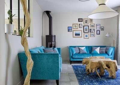 BH-Déco - Sylvie Samain - salon contemporain bois naturel flotté poêle canapés velours turquoise verrière