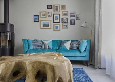 BH-Déco - Sylvie Samain - salon contemporain naturel canapé bleu turquoise table racine de teck poêle