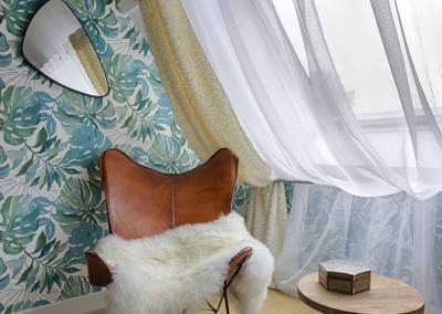 BH-Déco - Sylvie Samain - suite parentale chambre jungle bleu vert miroirs fauteuil cuir peau de mouton