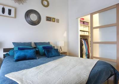 BH-Déco - Sylvie Samain - suite parentale chambre jungle bleu vert miroirs porte coulissante sur salle de bain