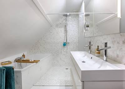 BH-Déco - Sylvie Samain - suite parentale chambre jungle salle de bain douche baignoire marbre blanc
