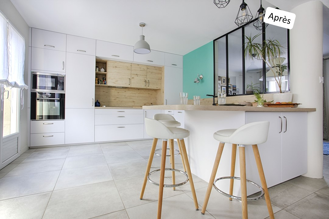 BH-Déco cuisine ouverte blanc mat et bois verriere ilot central 5