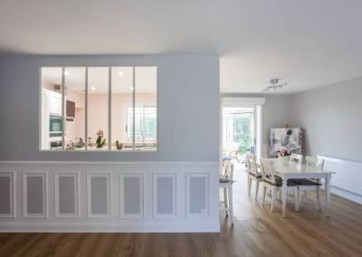 Verrière dans la cuisine sur le séjour, salon salle à manger rénové avec goût couleurs pastel, rose poudré à Soisy sur Seine Essonne. Bh-déco, décoration et architecture d'intérieur