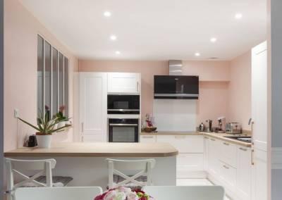 Ouverture totale de la cuisine sur un séjour, salon salle à manger rénové avec goût couleurs pastel, rose poudré à Soisy sur Seine Essonne. Bh-déco, décoration et architecture d'intérieur