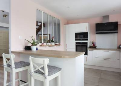 Ouverture de la cuisine sur un séjour, salon salle à manger rénové avec goût couleurs pastel, rose poudré à Soisy sur Seine Essonne. Bh-déco, décoration et architecture d'intérieur